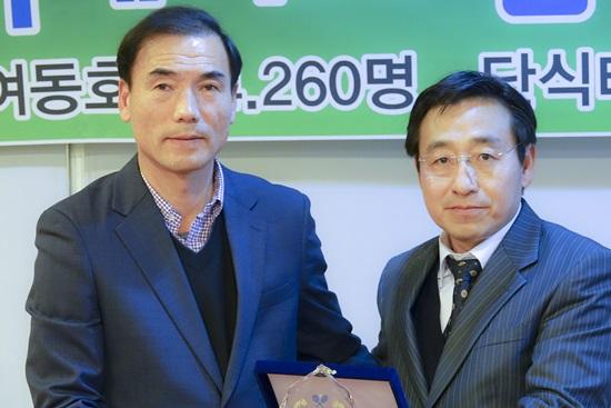 강영록명예회장 공로패전달.jpg